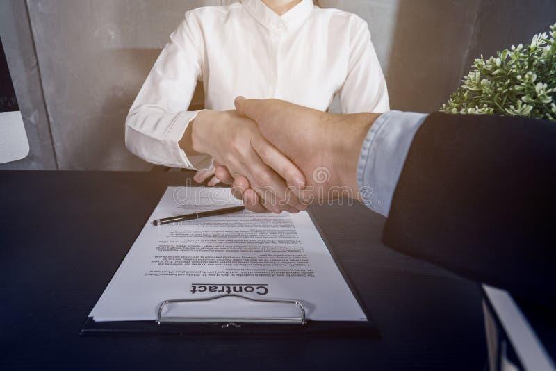 Hombres de negocios que sacuden la mano después de la negociación eficaz, tratamiento acertado fotos de archivo libres de regalías