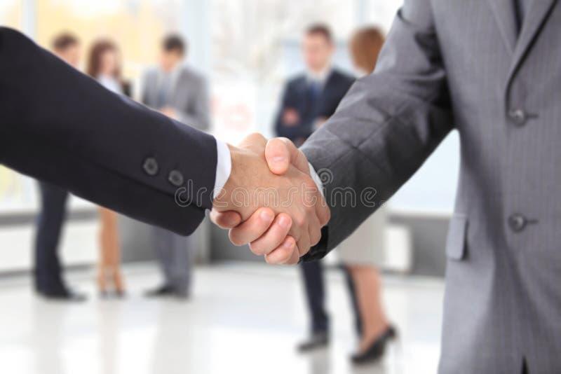 Hombres de negocios que sacuden las manos fotografía de archivo