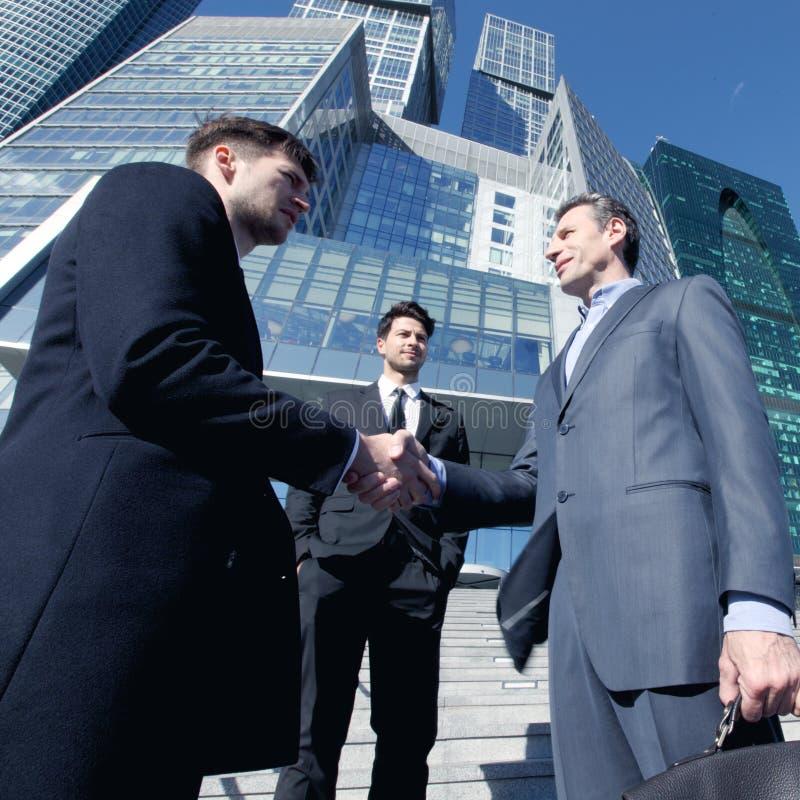 Hombres de negocios que sacuden las manos foto de archivo