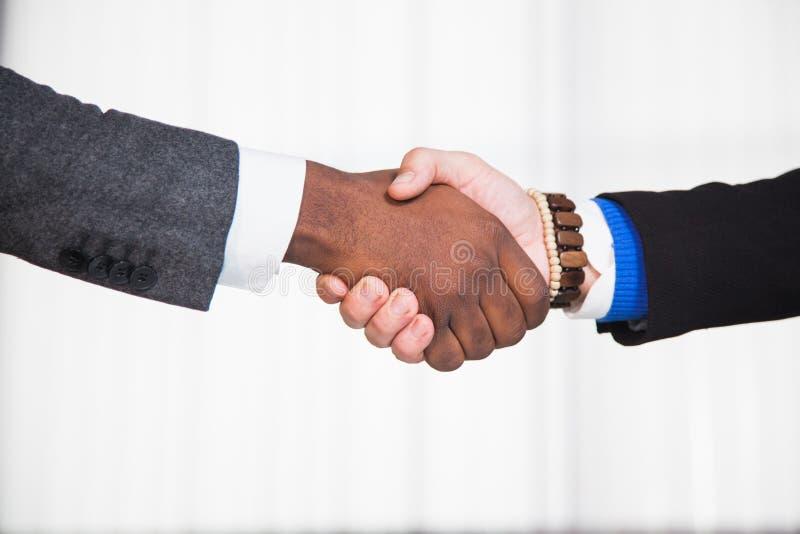 Hombres de negocios que sacuden las manos, acuerdo de los socios, negocio, concepto de la oficina foto de archivo