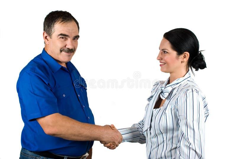 Hombres de negocios que sacuden las manos y la sonrisa fotografía de archivo