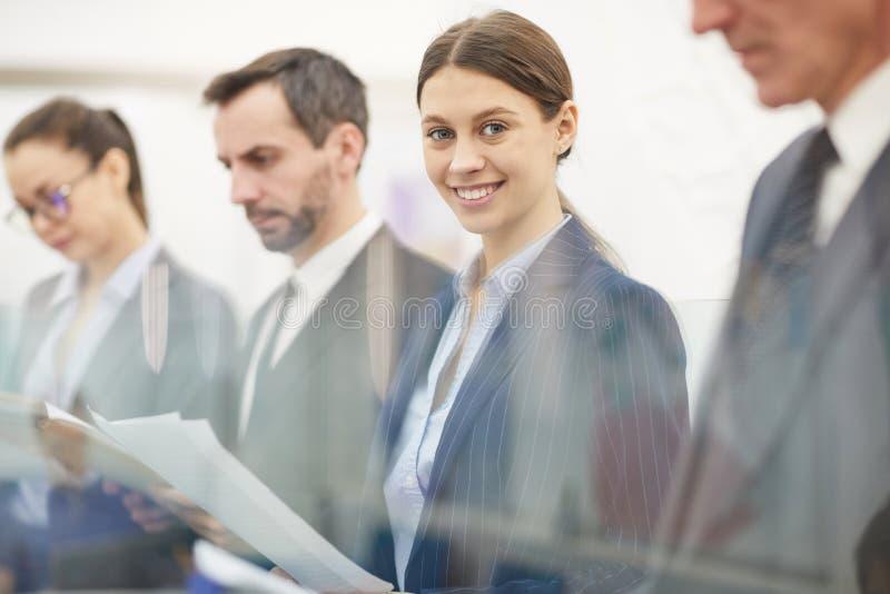 Hombres de negocios que se colocan en fila fotografía de archivo
