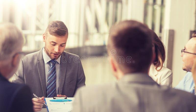 Hombres de negocios que se encuentran en la oficina fotografía de archivo