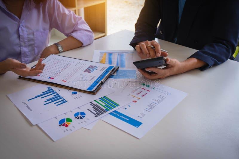 Hombres de negocios que se encuentran para analizar y para discutir la situación en el informe financiero en sala de reunión Encu imagenes de archivo