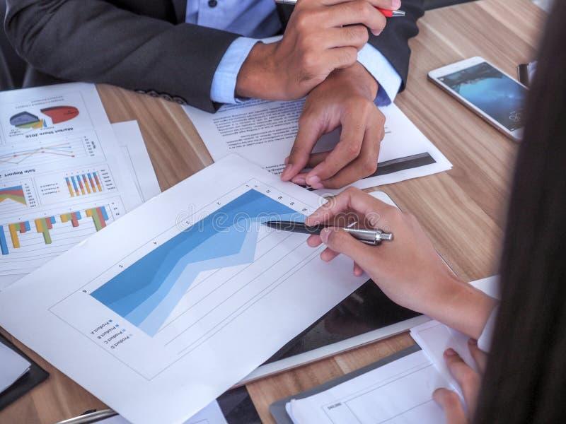 Hombres de negocios que se encuentran para discutir la situación en el mercado imagen de archivo