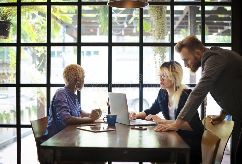 Hombres de negocios que se inspiran concepto corporativo de la discusión imagen de archivo