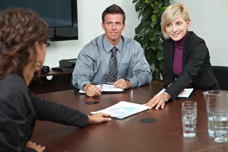 Hombres de negocios que se sientan en la reunión foto de archivo libre de regalías