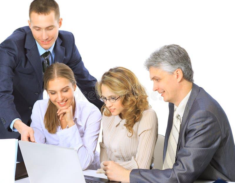 Hombres de negocios que se sientan en una reunión corporativa que trabaja en ordenador portátil imagenes de archivo