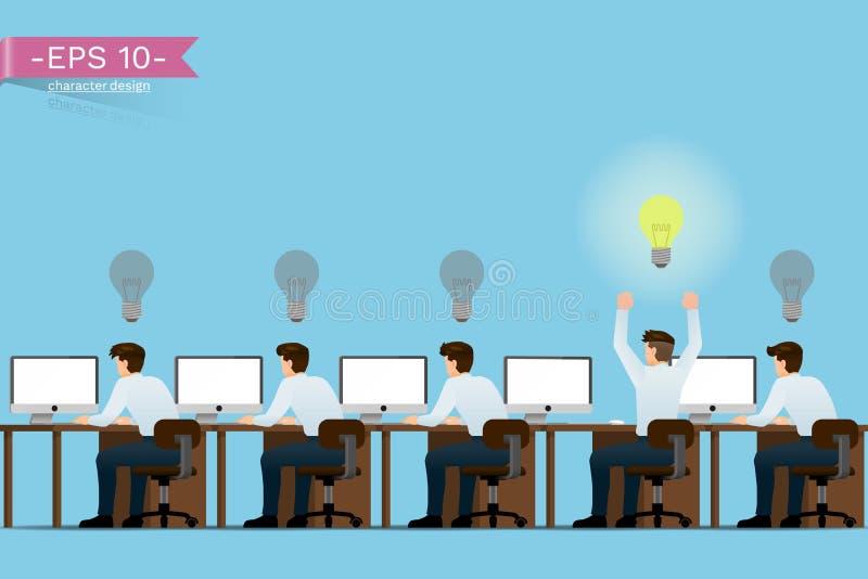 Hombres de negocios que se sientan por el trabajo creativo exhibiendo el hormigón en la forma de la bombilla y el trabajo acertad libre illustration