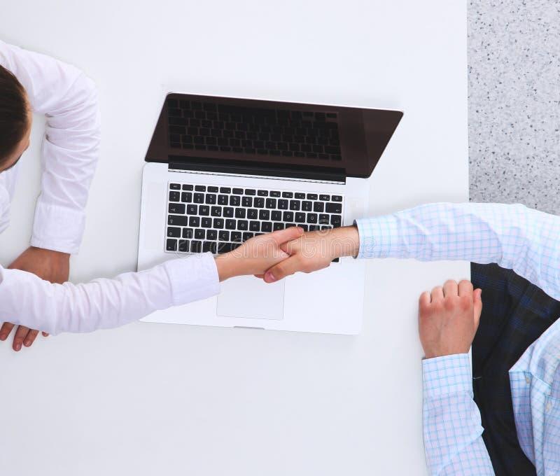 Hombres de negocios que se sientan y que discuten en la reuni?n, en oficina imagen de archivo