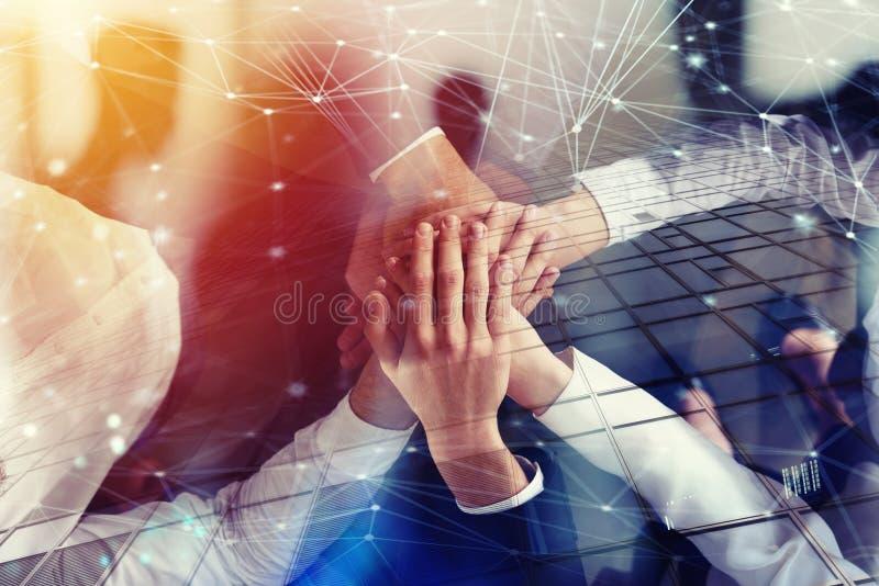 Hombres de negocios que se unen a las manos en la oficina con efecto de la red Concepto de trabajo en equipo y de sociedad Exposi foto de archivo libre de regalías