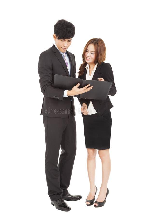 Hombres de negocios que se unen y que leen el documento imágenes de archivo libres de regalías