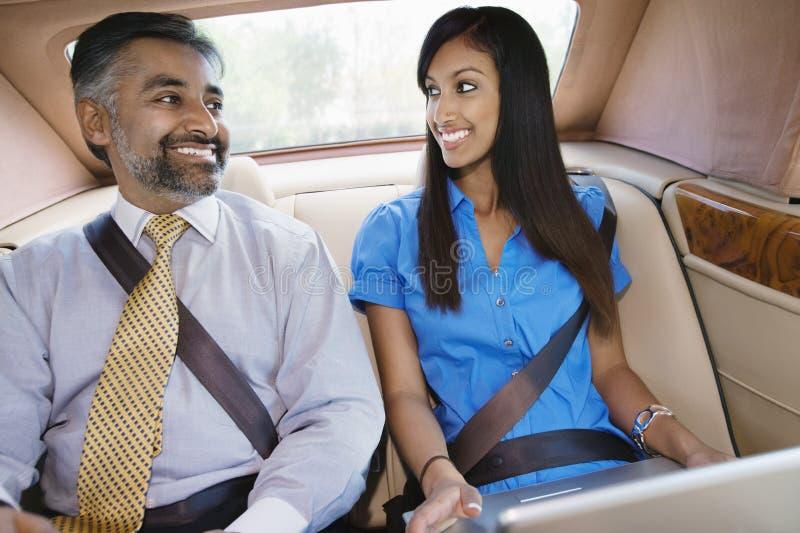 Hombres de negocios que sonríen en coche fotografía de archivo