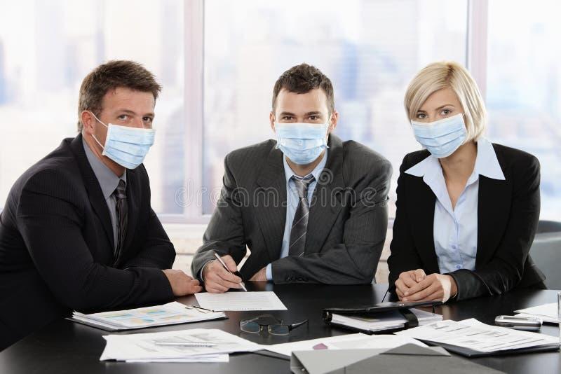 Hombres de negocios que temen el virus del swineflu fotos de archivo