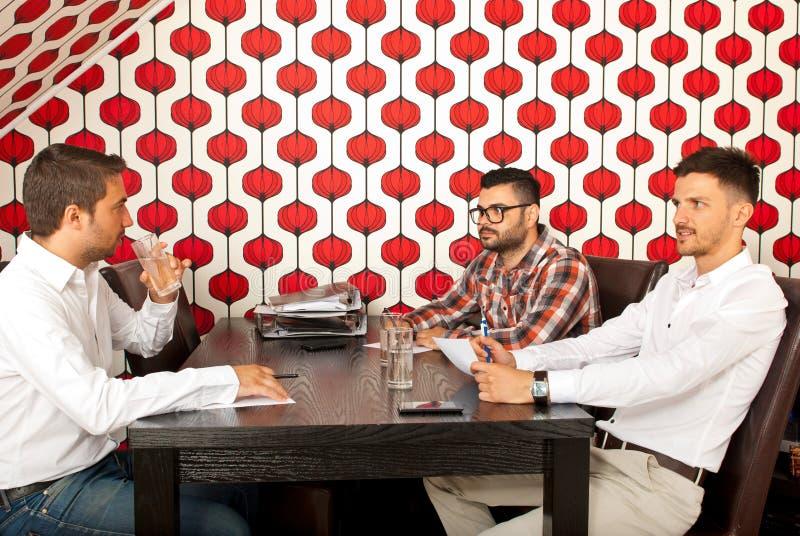 Hombres de negocios que tienen conversación fotos de archivo