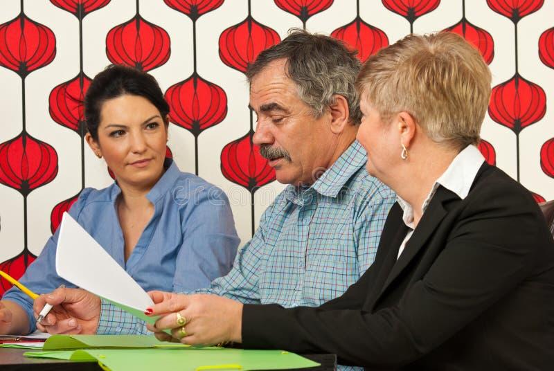 Hombres de negocios que tienen conversación en la reunión imagenes de archivo