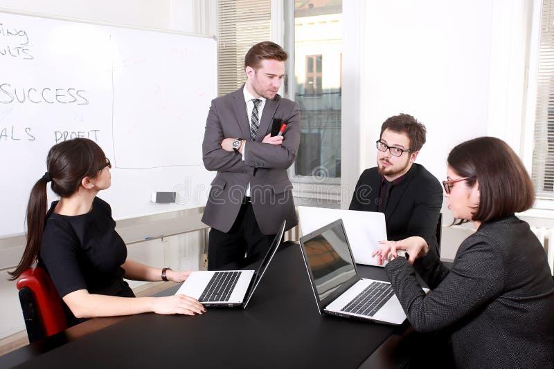 Hombres de negocios que tienen reunión del Consejo imagen de archivo