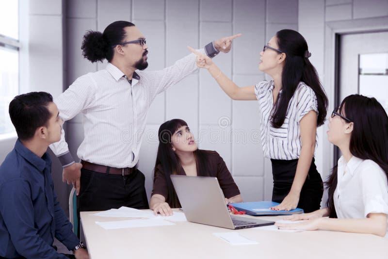 Hombres de negocios que tienen una discusión en una reunión de grupo fotografía de archivo