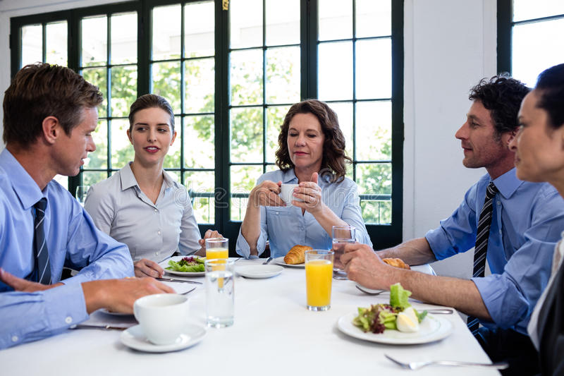Hombres de negocios que tienen una reunión en restaurante imagen de archivo libre de regalías