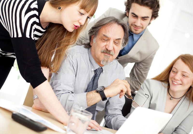 Hombres de negocios que trabajan en equipo en la oficina imagen de archivo libre de regalías