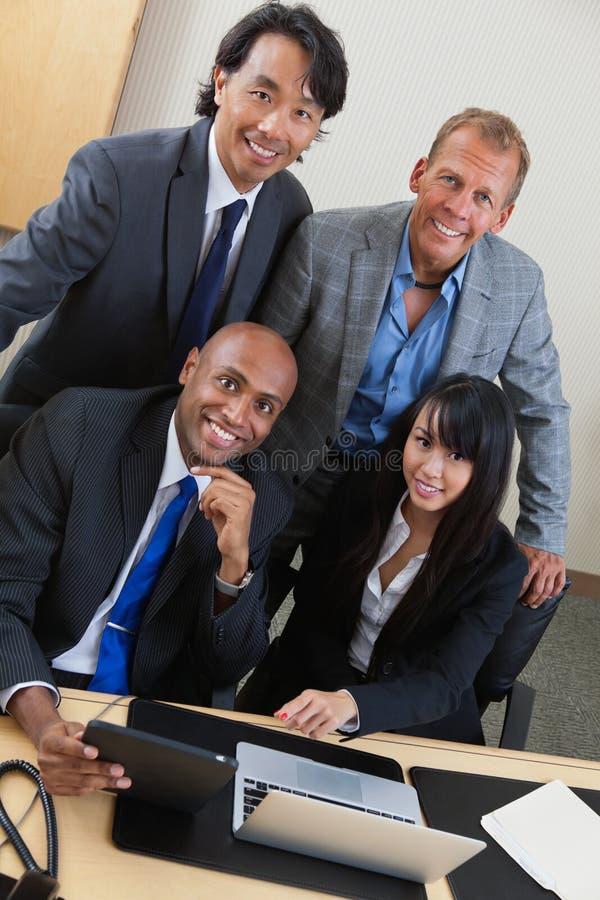 Hombres de negocios que trabajan en la computadora portátil junto foto de archivo libre de regalías