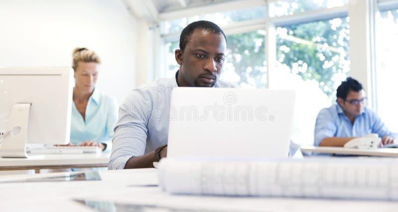 Hombres de negocios que trabajan en la oficina imagenes de archivo