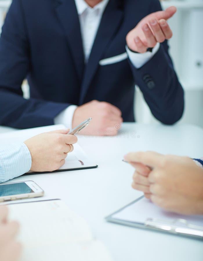 Hombres de negocios que trabajan en la sala de conferencias imagen de archivo libre de regalías