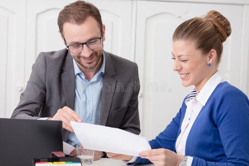 Hombres de negocios que trabajan junto en el escritorio en la oficina fotos de archivo libres de regalías