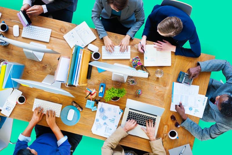 Hombres de negocios que trabajan la oficina Team Concept corporativo imagen de archivo libre de regalías