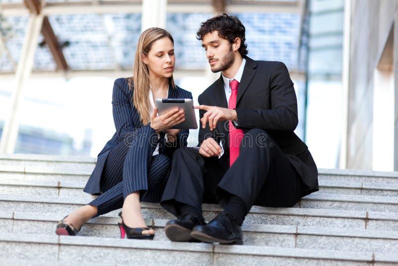 Hombres de negocios que usan una tableta digital fotos de archivo