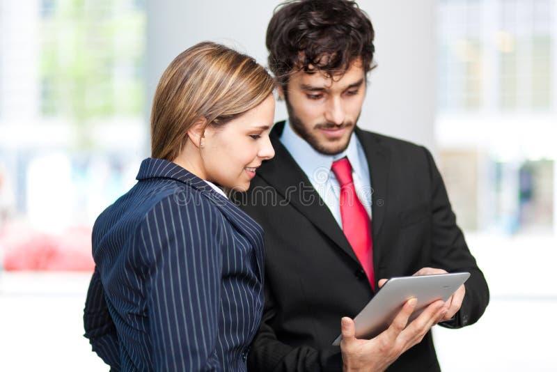 Hombres de negocios que usan una tableta digital fotografía de archivo libre de regalías