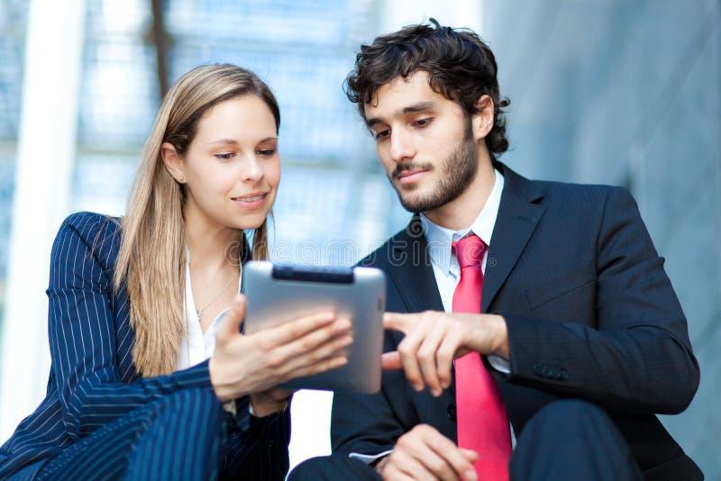 Hombres de negocios que usan una tableta digital imagen de archivo