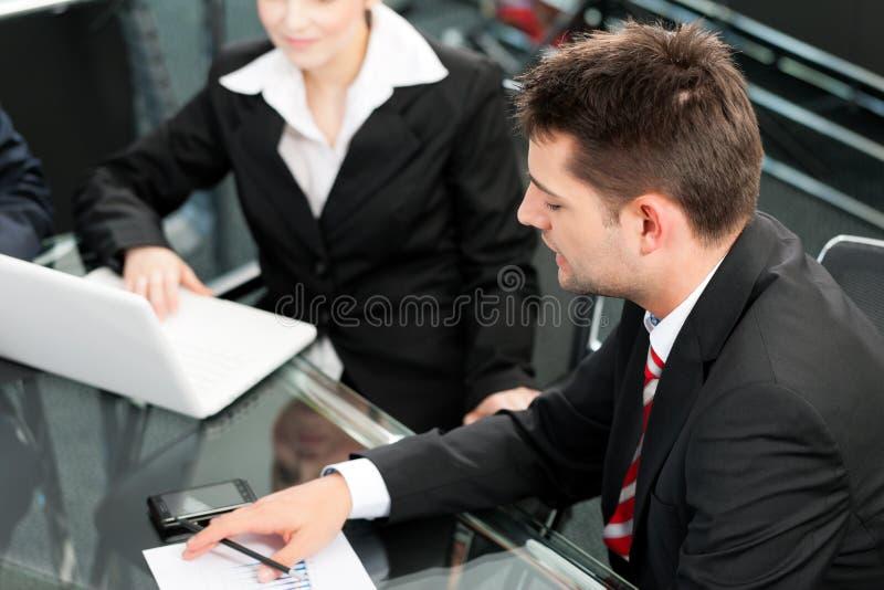 Hombres de negocios - reunión del equipo en una oficina foto de archivo