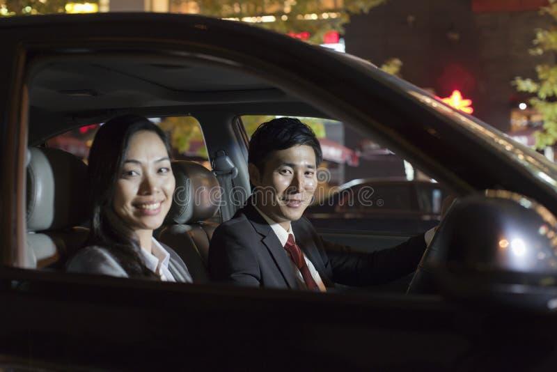 Hombres de negocios sonrientes del retrato en coche fotografía de archivo