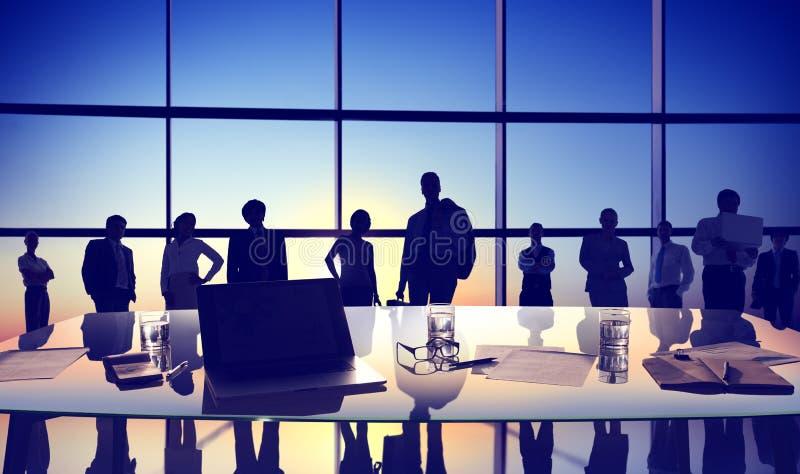 Hombres de negocios traseros de la discusión del Lit del paisaje urbano del concepto de la reunión stock de ilustración