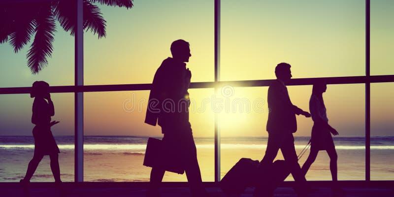 Hombres de negocios traseros del aeroplano del Lit que viaja del concepto del aeropuerto fotos de archivo libres de regalías