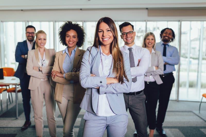 Hombres de negocios y personal felices en oficina moderna, compa??a de la compa??a del representig Foco selectivo foto de archivo