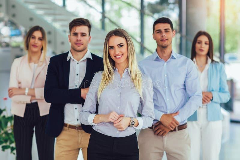 Hombres de negocios y personal felices de la compa??a en la oficina moderna, representando a la compa??a fotografía de archivo libre de regalías