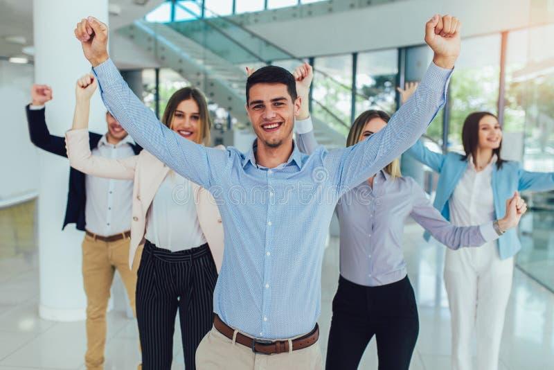 Hombres de negocios y personal felices de la compa??a en la oficina moderna, representando a la compa??a imagen de archivo