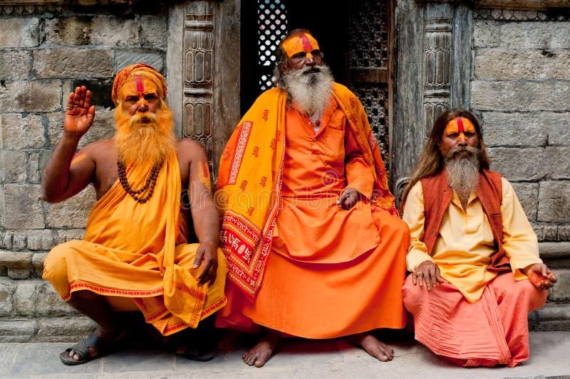 Hombres de Sadhu, bendiciendo en el templo de Pashupatinath imagenes de archivo