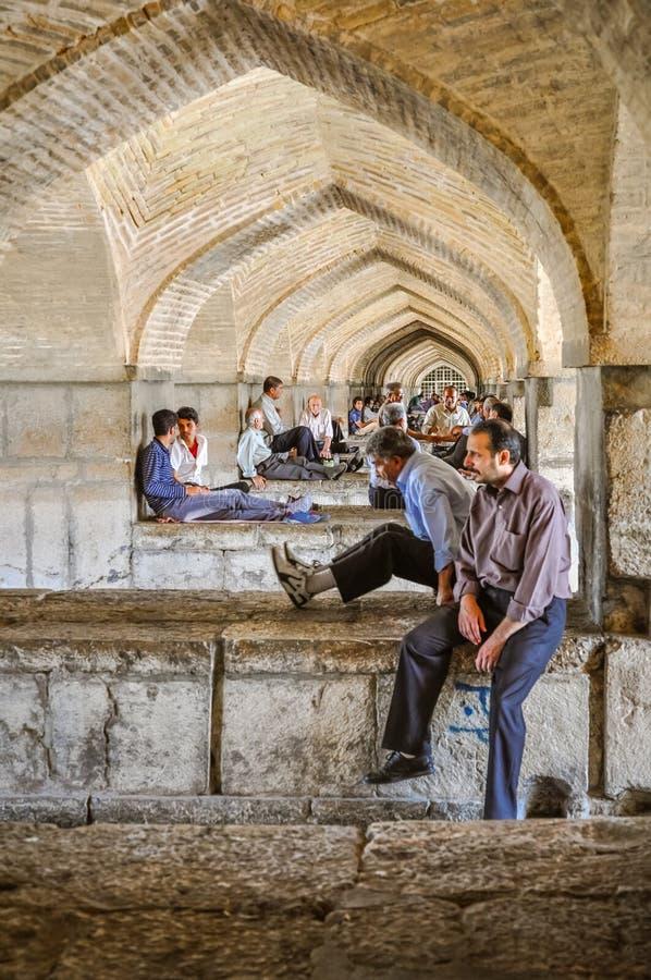 Hombres debajo de arcos en Irán imágenes de archivo libres de regalías