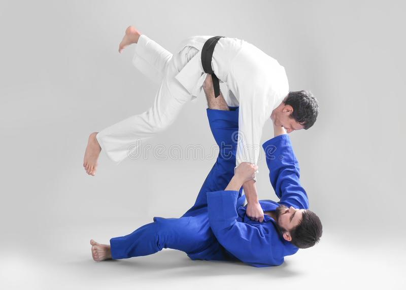 Hombres deportivos jovenes que practican artes marciales fotos de archivo libres de regalías