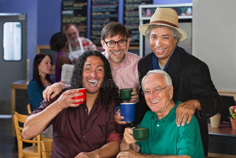 Hombres diversos que celebran imagen de archivo
