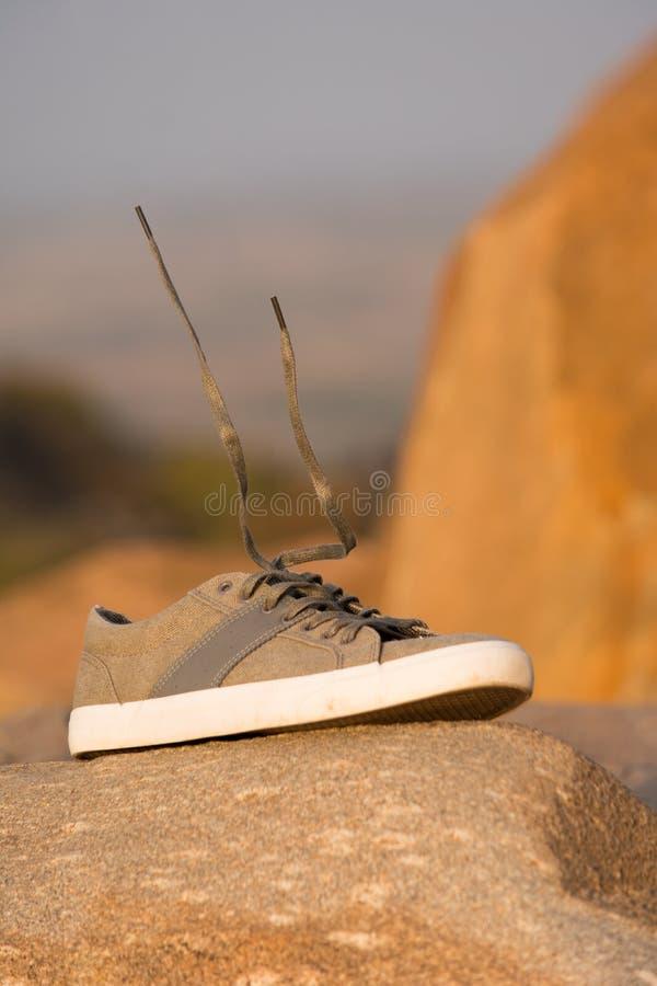 Hombres elegantes Olive Green Sneakers o zapatos regulares encima de la montaña con elevar y mantener flotando el cordón imagenes de archivo