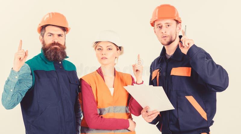 Hombres en cascos, uniforme y mujer Solucionar concepto de los problemas imagen de archivo libre de regalías