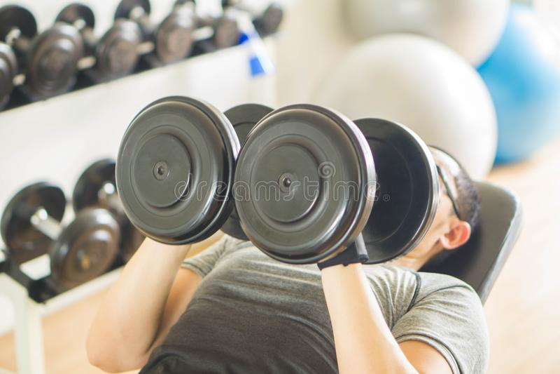 Hombres en el ejercicio del gimnasio foto de archivo
