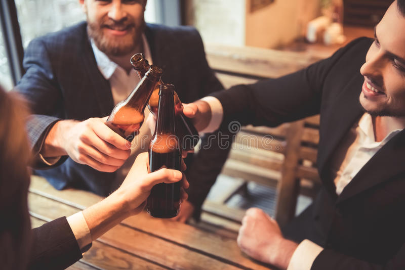Hombres en el pub foto de archivo