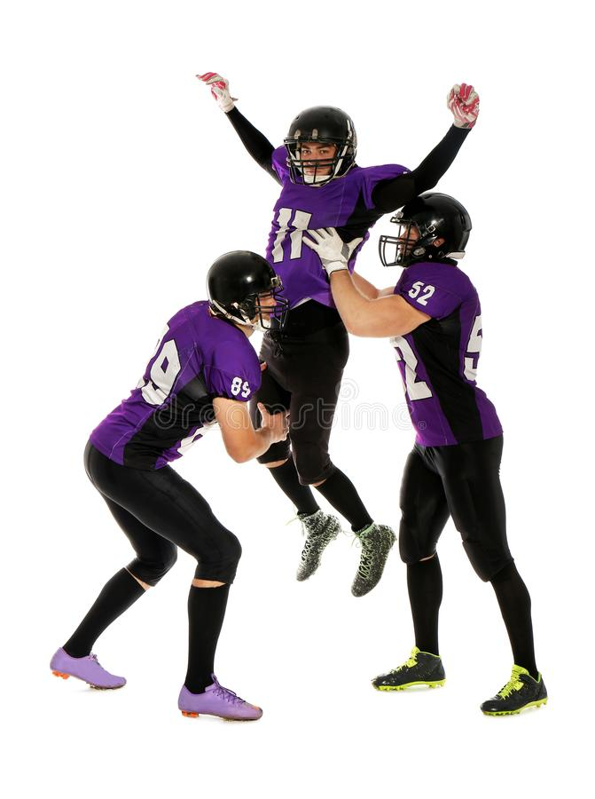 Hombres en el uniforme que juega a fútbol americano imagen de archivo