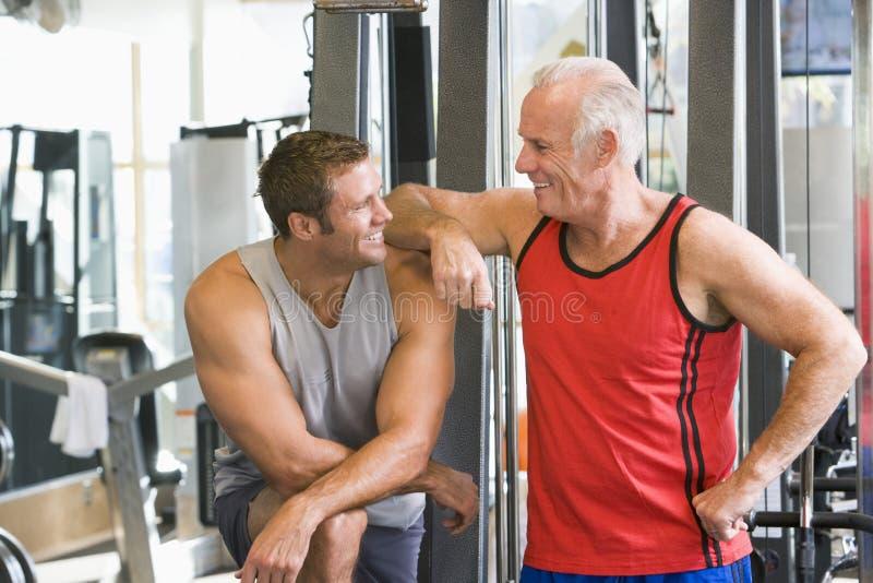 Hombres en la gimnasia junto imagen de archivo libre de regalías