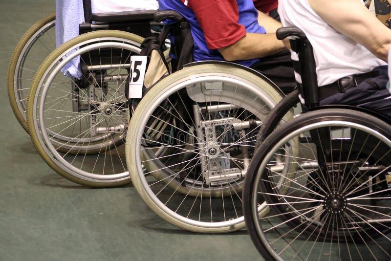 Hombres en sillón de ruedas fotografía de archivo
